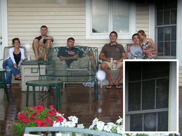2 bức ảnh được chụp cách nhau vài giây và bức ảnh thứ 2 đã có sự xuất hiện của một bóng dáng lạ.