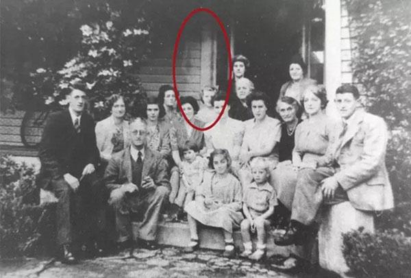 Ảnh chụp cả gia đình, nhưng nhìn kỹ bạn sẽ thấy có điều bất thường.