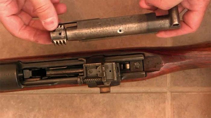 Toàn bộ các bộ phận khóa nòng và ray trượt khóa nòng đều được đặt lộ thiên