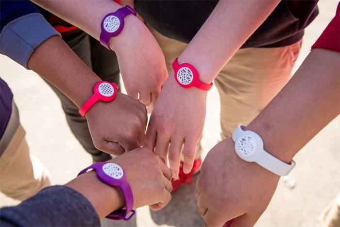 Vòng tay như một chiếc đồng hồ thời trang đo mức phơi nhiễm với không khí.