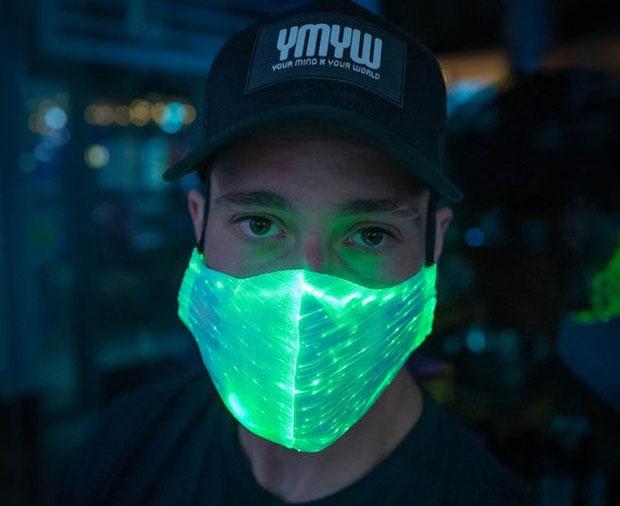 Khi một người bệnh ho, hắt hơi hoặc thở, virus sẽ kích hoạt phản ứng huỳnh quang trên khẩu trang.