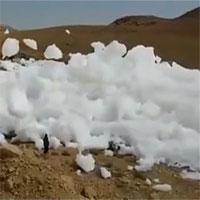 Những đám mây trăm tấn rơi trên trời xuống đất, bay cách đầu người 1m