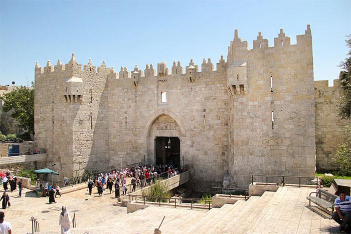 Thành phố cổ được bảo vệ bởi bức tường cao xây dựng từ thời cổ đại.