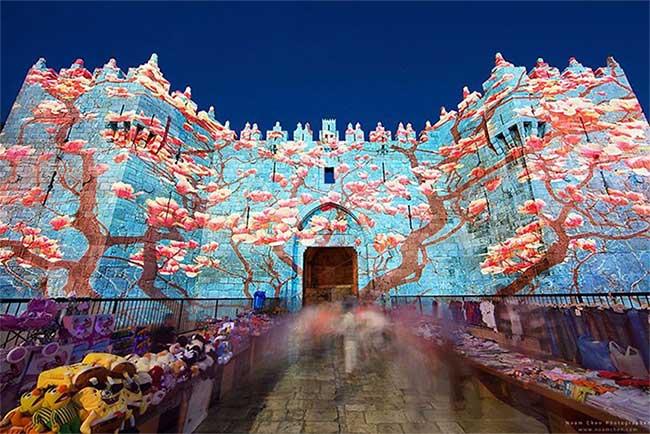 Thành phố hiện lên khác lạ, rực rỡ bởi ánh sáng vào mỗi mùa hè trong dịp Lễ hội ánh sáng.