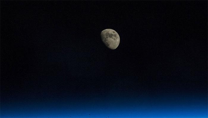 Vào một đêm sao sáng, Mặt Trăng đã biến mất bí ẩn.