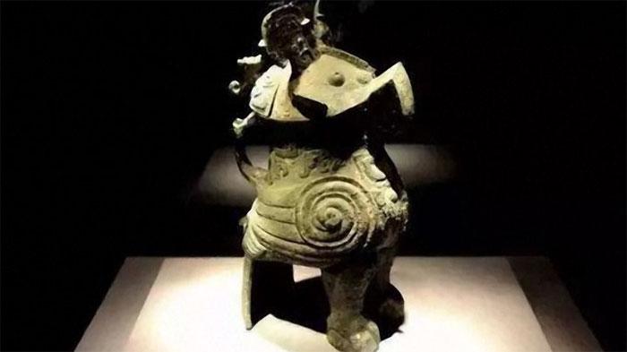 Cổ vật bằng đồng này có hình dáng lạ.