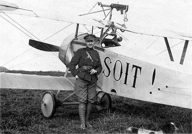 Một chiếc Nieuport 11 với súng máy gắn trên tầng cánh trên.