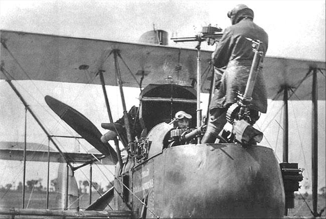 Mẫu máy bay F.E 2d dùng động cơ đẩy sau, xạ thủ vận hành súng trong buồng lái mở.