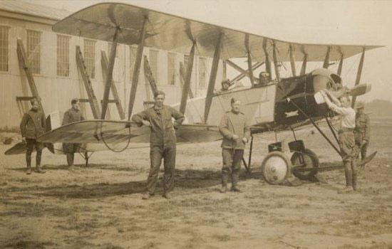 Một trong những máy bay trinh sát đầu tiên - Avro 504 của Anh.
