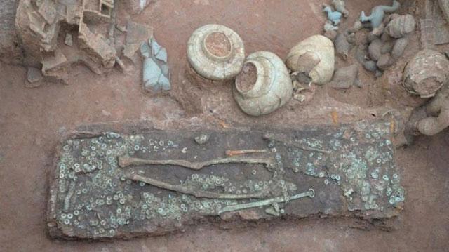 Bên trong ngôi mộ thời nhà Hán với 86 món cổ vật và hàng trăm đồng tiền xu được tìm thấy.