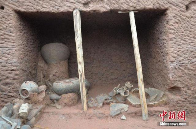 Cấu trúc bên trong của một ngôi mộ, với nhiều món đồ gốm sứ, đồ tạo tác được tìm thấy.