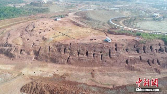 Toàn cảnh khu vực khai quật hàng nghìn ngôi mộ cổ từ trên cao.