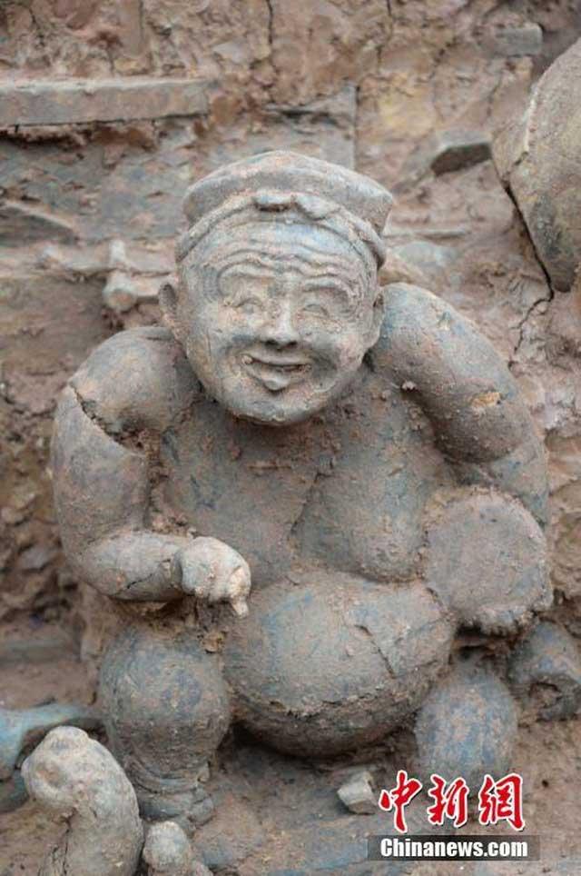 Một bức tượng được tìm thấy trong mộ.