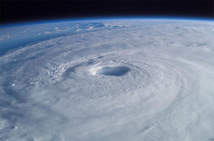 Cơn bão nhìn từ vũ trụ.