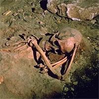 Phát hiện hài cốt phụ nữ cúi gập 4.000 năm trong mộ