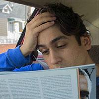 Tại sao đọc sách ở ghế sau xe hơi khiến bạn dễ say xe?