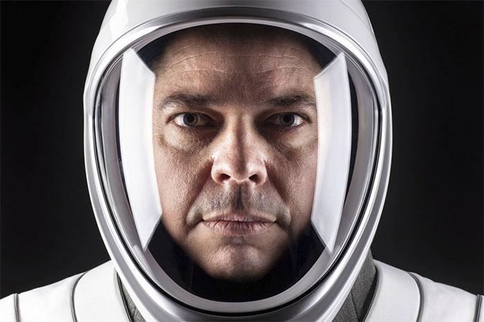 Phi hành gia Bob Behnken của NASA chụp cùng bộ quần áo vũ trịụ do SpaceX thiết kế