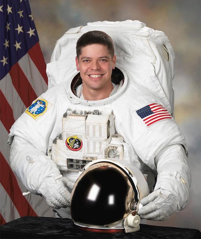 Phi hành gia Bob Behnken vào năm 2007, trong bộ đồ vũ trụ phiên bản cũ