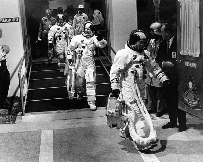 Vào ngày phóng, Hurley và Behnken được đưa vào khu phi hành đoàn ở Kennedy.