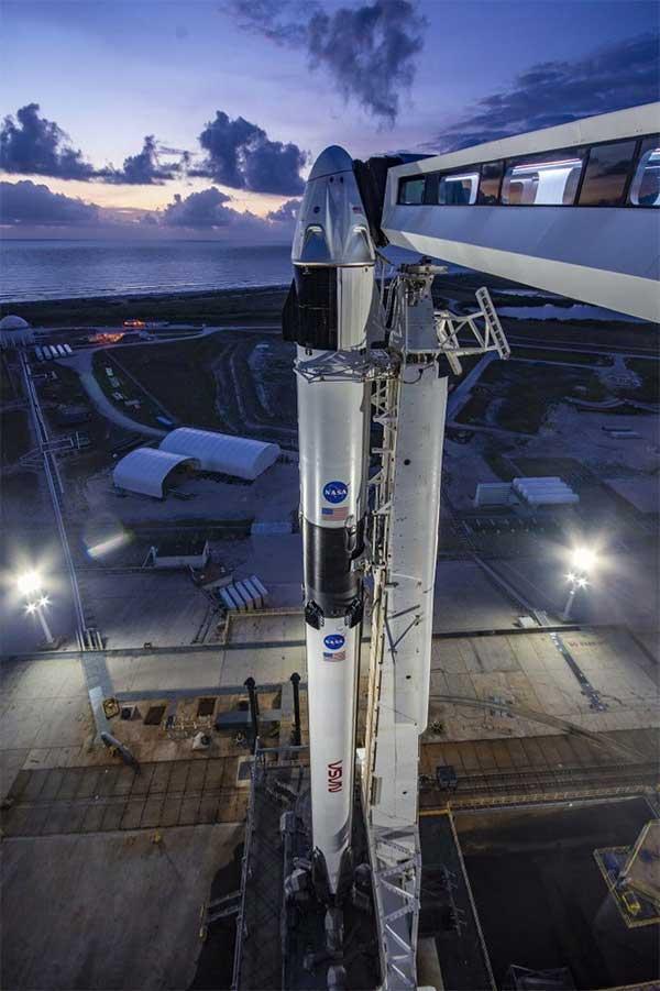 Đây là lần đầu tiên một công ty tư nhân phóng tên lửa đưa người vào không gian.