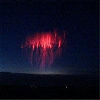 Chụp được sét hình sứa đỏ rực trên bầu trời