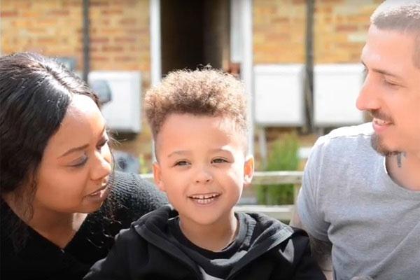 Cậu bé Miller bên cạnh cha mẹ.