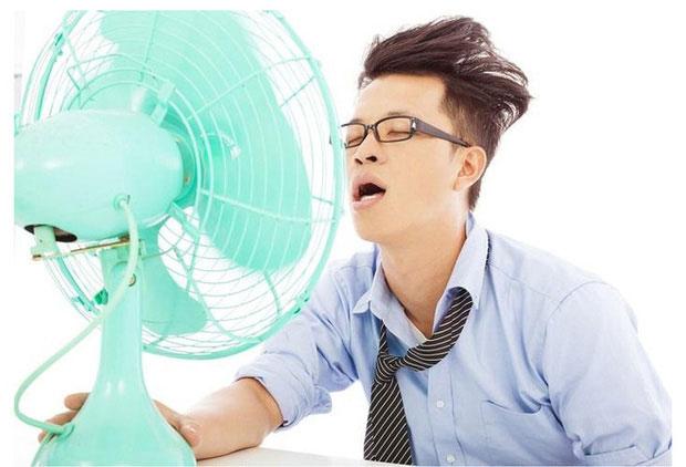 Để quạt chạy thẳng vào người khi mới đi từ ngoài trời nắng nóng về là thói quen không tốt cho sức khoẻ.