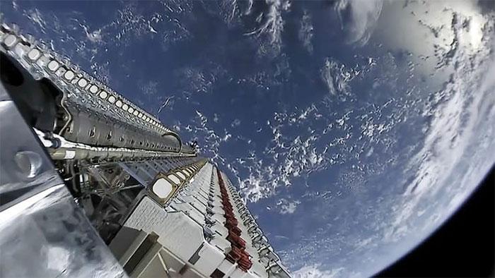 """Một """"lô"""" gồm 60 vệ tinh Startlink được SpaceX phóng lên quỹ đạo thấp Trái đất."""