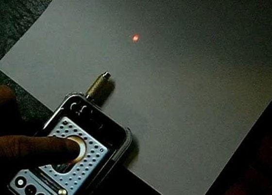 Mặt hàng đầu tiên được bán trên eBay (lúc đó có tên là AuctionWeb) là một chiếc bút chiếu laser bị hỏng.