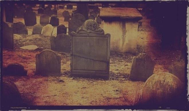 Rất nhiều ngôi mộ đã bị khai quật ở New England.