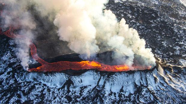 """Núi lửa phun trào ở Iceland kéo theo tàn tro bao phủ khắp Bắc Bán Cầu và tạo ra màn sương mờ ảo như """"địa ngục""""."""