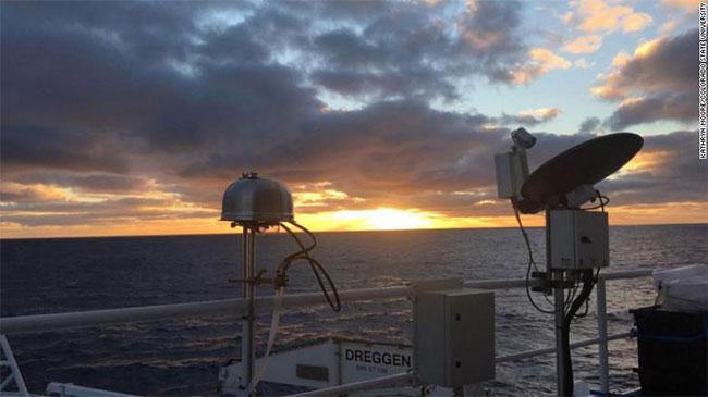 Máy lấy mẫu hạt aerosol trong không khí tại Nam Đại dương.