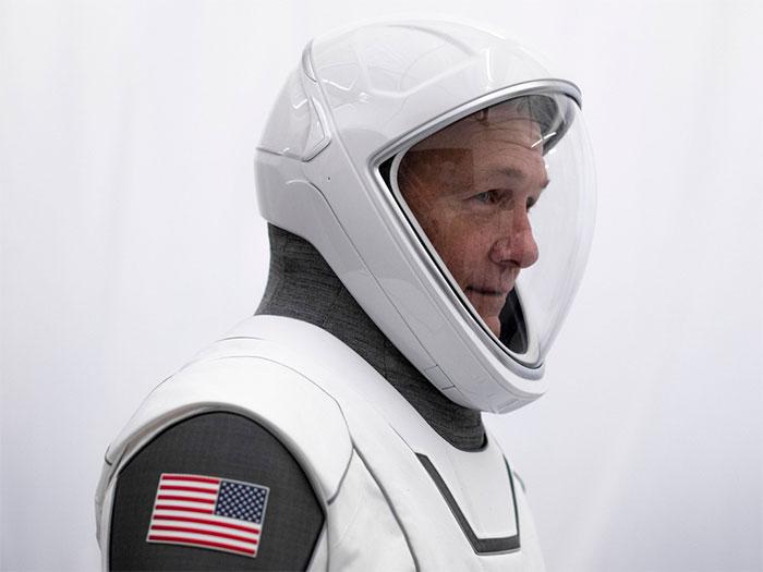 Mũ bảo hiểm cũng được thiết kế riêng theo kích thước đầu của phi hành gia bằng công nghệ in 3D