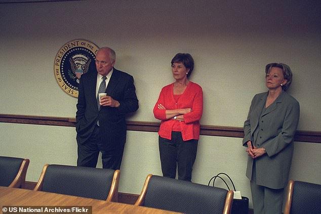 Ảnh chụp Phó Tổng thống Dick Cheney, Đệ nhất phu nhân Laura Bush và vợ ông Cheney (từ trái sang phải) ở trong PEOC
