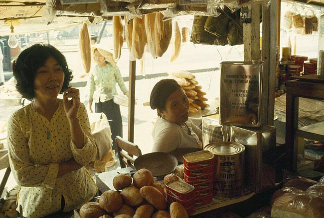 Khung cảnh nhìn từ bên trong một quầy bánh mì ở chợ Cũ, 1965.