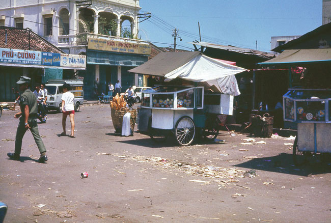 Quầy bánh mì trên đường Bùi Hữu Nghĩa, bên hông chợ Bà Chiểu, 1971-1972.