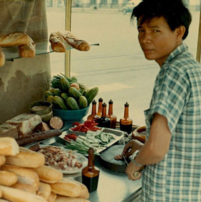 Cận cảnh một quầy bánh mì ở Sài Gòn 1970.