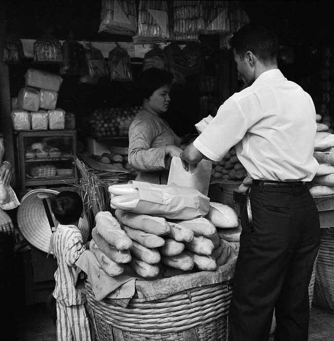Cửa hàng bánh mì ở khu chợ Cũ Sài Gòn 1962.