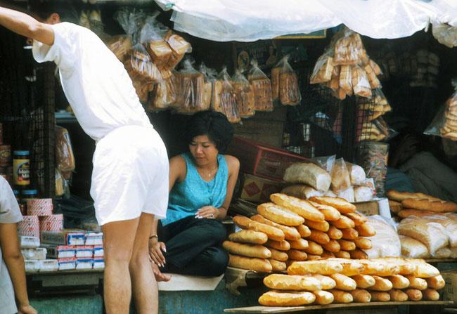 Cô bán bánh mì xinh đẹp có bộ móng vuốt sắc nhọn ở chợ Cũ, 1969 - 1970.