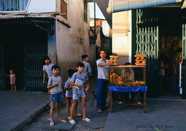 Quầy bánh mì vỉa hè Sài Gòn năm 1989.