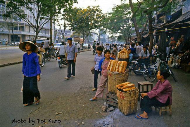 Quầy bánh mì dạo trên đường Hàm Nghi, đối diện Ngân hàng Thương Tín, 1989.