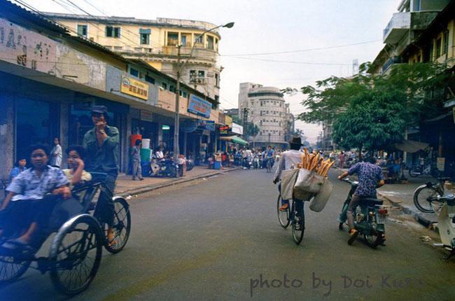Người bán bánh mì dạo đạp xe trên đường Hồ Tùng Mậu, 1989.