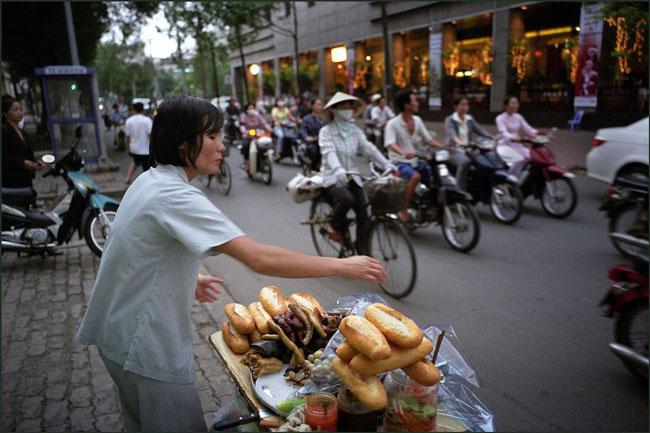 Quầy bánh mì phá lấu trên vỉa hè Sài Gòn 2007.