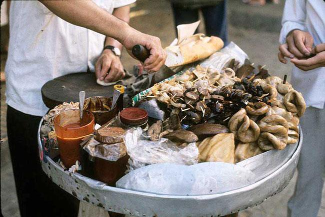 """Cận cảnh các """"sơn hào hải vị"""" trên một sạp bánh mì phá lấu ở Sài Gòn trước 1975."""
