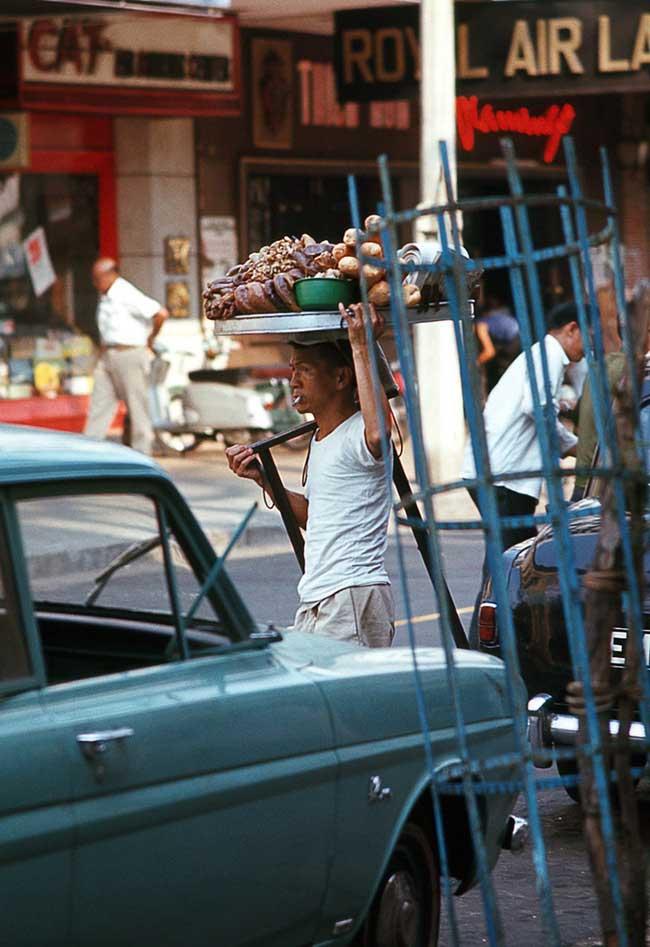 Người bán bánh mì phá lấu dạo trên đường Tự Do (nay là đường Đồng Khởi), 1969.