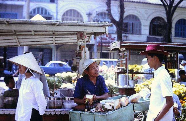 Quầy bán bánh mì chả của ông Lý Toét ở chợ hoa Nguyễn Huệ, Tết Đinh Mùi 1967.