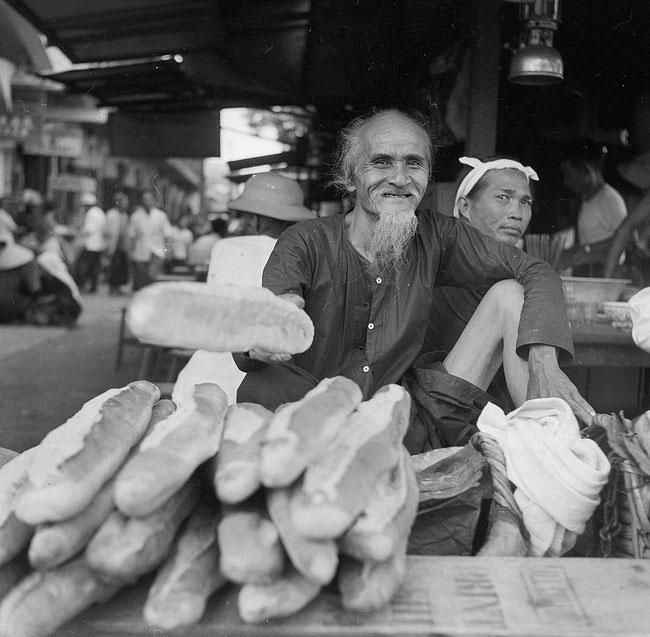 Ông lão bán bánh mì trên một con đường ở Chợ Lớn, 1956.