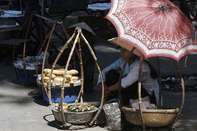 Gánh quà rong bán bánh mì thịt và bánh chuối nướng bọc cơm nếp ở Sài Gòn 1974.