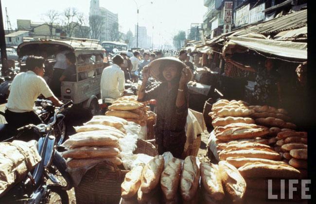 Cửa hàng bánh mì nổi tiếng ở khu chợ Cũ, đại lộ Hàm Nghi, Sài Gòn trước 1975.
