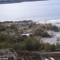 """Hãi hùng cảnh cả khu đất ở Na Uy đang yên lành bị """"lôi"""" ra biển và chìm nghỉm"""